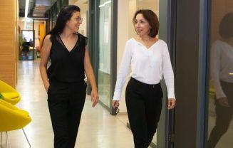 2 נשים במסדרון